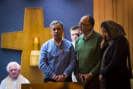 Boufeldja Benabdallah, entouré de son frère et de sa sœur, s'adresse aux fidèles réunis. (PHOTO OLIVIER JEAN, LA PRESSE)