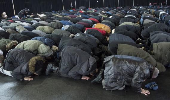Moment de prière pour les musulmans rassemblés. (La Presse canadienne, Paul Chiasson)