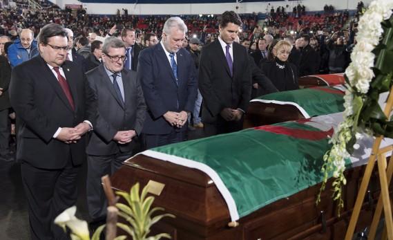 Denis Coderre, Régis Labeaume, Philippe Couillard et Justin Trudeau se sont recueillis devant les cercueils des trois victimes. (La Presse canadienne, Paul Chiasson)
