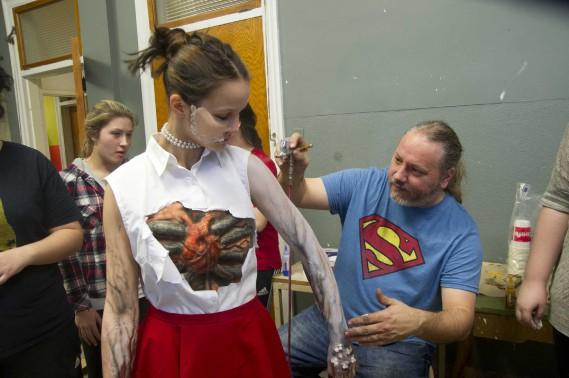 L'enseignant Pierre Duplessis a donné un coup de main à ses élèves pour la touche finale. Il est en compagnie de Juliette Hamel Gauthier. (Sylvain Mayer, Le Nouvelliste)