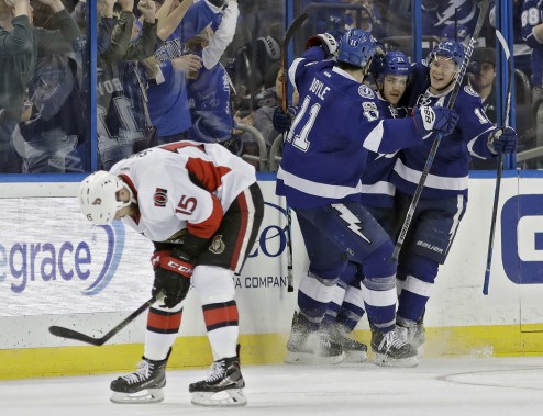 Brayden Point a réduit l'écart à un but en troisième, mais Mark Stone et Chris Kelly allait répliquer. (Chris O'Meara, Associated Press)