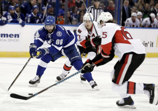 Erik Karlsson et Kyle Turris barrent la route à Nikita Kucherov. (Chris O'Meara, Associated Press)
