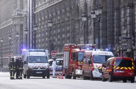 De nombreux véhicules de secouristes se sont présentés sur les lieux. (PHOTO THIBAULT CAMUS, AP)