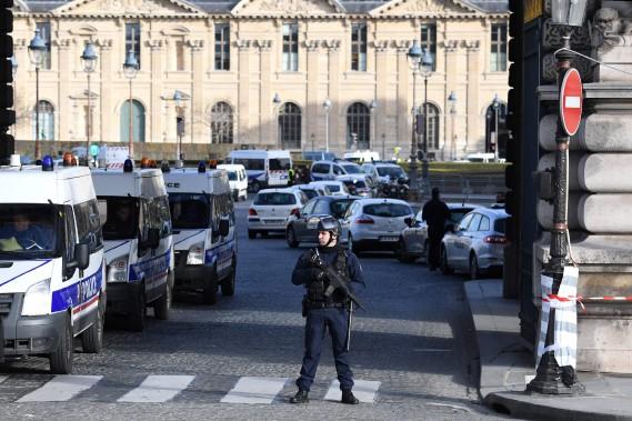 Des policiers vêtus de gilet pare-balles interdisaient les accès à la zone de crime. (PHOTO ALAIN JOCARD, AFP)
