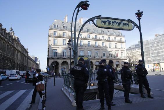 Les stations de métro à proximité du Louvre ont été fermées dans les moments qui ont suivi l'attaque. (Photo Christophe Ena, AP)