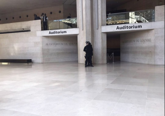 Les visiteurs du musée ont été évacués par mesure de sécurité. (Photo AP/Fournie par nonenoone3)