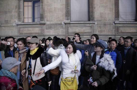 Des visiteurs ont capturé le moment sur leurs appareils. (PHOTO THIBAULT CAMUS, AP)