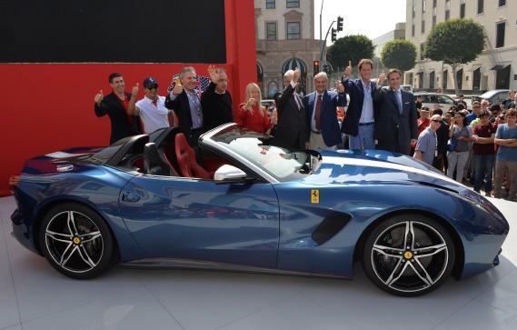 Sergio Marchionne (4e à partir de la gauche) et d'autres dignitaires lors du dévoilement à Berverly Hills de la F60 America lors du 60e anniversaire de la présence de Ferrari aux États-Unis. Cette année marque le 70e anniversaire de Ferrari, qui soulignera ce jalon en lançant de nouveaux modèles. (AFP)