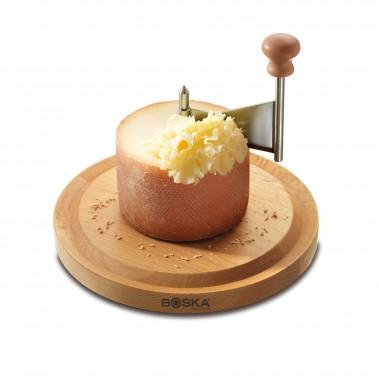 Girolle, ou friseur à fromage, de Boska Holland (Life Collection). La Girolle sert à racler la Tête de Moine, un petit fromage à pâte pressée cuite produit dans les Franches-Montagnes et le Jura bernois. La Girolle a été inventée en 1982 par Nicolas Crevoisier, habitant de Lajoux, commune suisse du canton du Jura. Les copeaux produits par la Girolle sont appelés «rosettes». ()