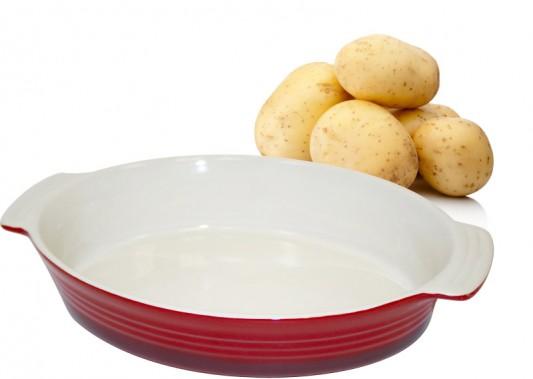 Plat de cuisson ovale en grès H2K Home To Kitchen. Ce plat est parfait pour apprêter un Älplermagronen : un gratin à base de pommes de terre, macaronis, crème et oignons, que l'on accompagne d'une compote de pommes. (Mélissa Bradette)