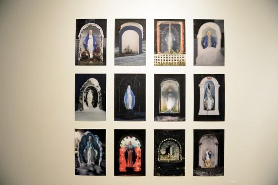 Mariane Tremblay propose notamment une série de 12 photos de ces petits espaces religieux voués à la Vierge prises entre Alma et Saguenay. (Photo Le Progrès-Dimanche, Jeannot Lévesque)