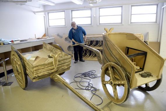 Alexandre Malenfant examine les chariots qu'on a pu voir dans Aida, l'une des oeuvres interprétées pendant la courte histoire de l'Opéra du Saguenay-Lac-Saint-Jean. (Photo Le Progrès-Dimanche, Jeannot Lévesque)