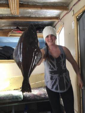 Maude Kennedy a sorti un gros turbo du trou de sa cabane à pêche. (Photo courtoisie)