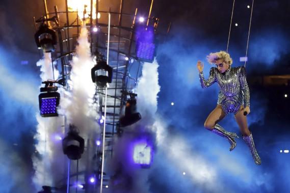Une Lady Gaga acrobatique a assuré le spectacle de la mi-temps. (AP)