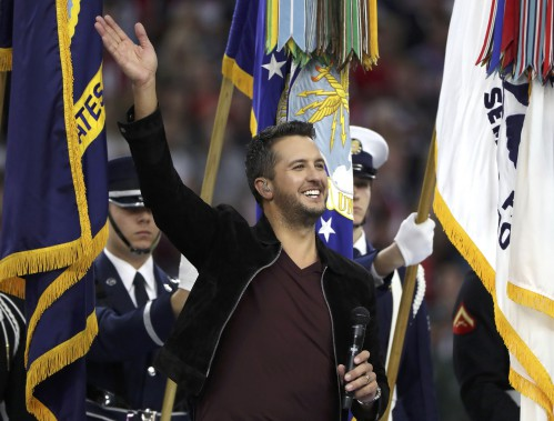 Le chanteur country Luke Bryan a interprété l'hymne national. (REUTERS)