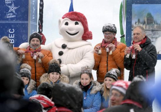 Bonhomme Carnaval et les duchesses ont remis dimanche à l'équipe de l'Italie le premier prix pour son oeuvre Oh Canada, qui a aussi remporté les mentions du public et des bénévoles. (Le Soleil, Jean-Marie Villeneuve)