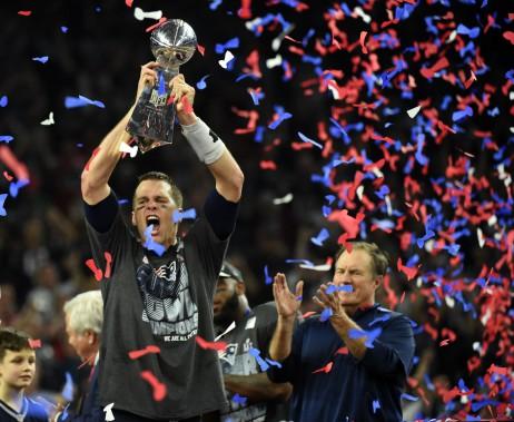Tom Brady brandit le trophée Vince Lombardi, aux côtés de l'entraîneur-chef des Patriots Bill Belichick. (AFP)