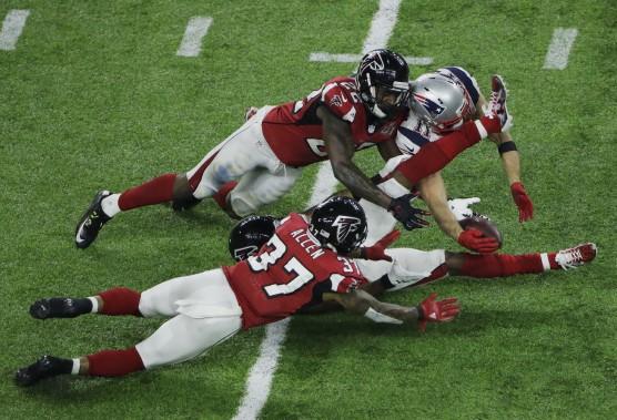Julian Edelman des Pats a effectué un attrapé spectaculaire, malgré la présence de trois joueurs des Falcons. (AP, Charlie Riedel)