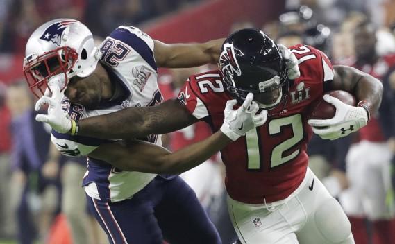 Mohamed Sanu des Falcons et Logan Ryan des Pats n'ont pas hésité à empoigner le casque de l'adversaire. (AP, Tony Gutierrez)