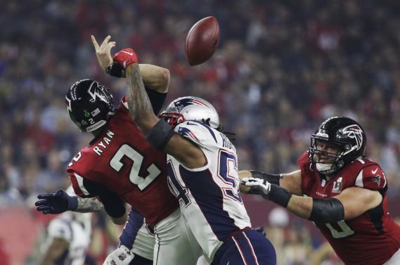 Sur cette séquence, Dont'a Hightower fait perdre le ballon au quart des Falcons Matt Ryan. (AP, Jae C. Hong)