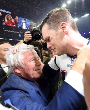 Le quart-arrière des Patriots, Tom Brady, et le propriétaire de l'équipe, Robert Kraft, émus après la victoire (AFP, Timothy A. Clary)