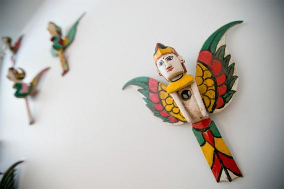 Anges: Ces anges protecteurs sont sculptés dans un seul village de l'île de Bali. Les gens y font le pèlerinage, puis accrochent normalement la créature ailée à l'entrée de leur maison. Ici, les anges en bois protègent l'escalier menant à l'étage inférieur. (Photo David Boily, La Presse)