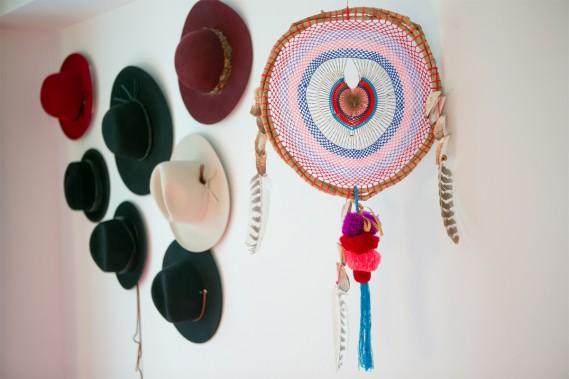 Chapeaux: Le couvre-chef peut être un bel objet. Véronique met sa collection de chapeaux en valeur en accrochant ses feutres au mur. L'été, ils sont remplacés par des chapeaux de paille achetés au Mexique ou à Saint-Barthélemy. (Photo David Boily, La Presse)