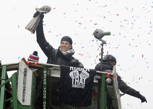 Le quart des Patriots Tom Brady salue la foule avec le trophée Lombardi remis aux champions du Super Bowl. (Photo Stew Milne, USA Today Sports)