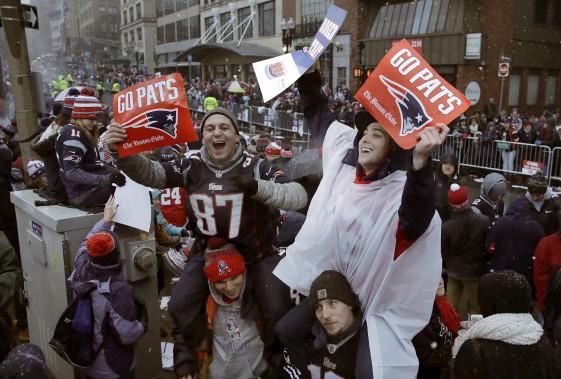 Des amateurs enthousiastes vêtus aux couleurs des Patriots étaient présents en grand nombre pour assister au défilé. (Photo Charles Krupa, AP)