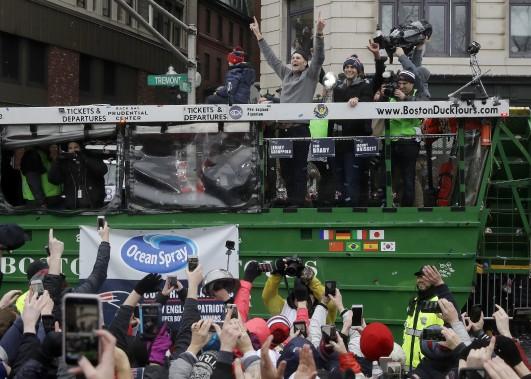 Les quarts Tom Brady et Jimmy Garoppolo saluent la foule. (Photo Charles Krupa, AP)