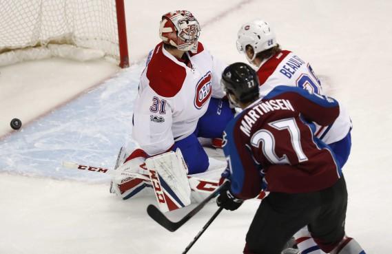 Le tir du Norvégien Andreas Martinsen s'est faufilé derrière le gardien du Canadien, Carey Price. L'Avalanche prenait ainsi les devants 2-0 après une période. (Photo David Zalubowski, AP)
