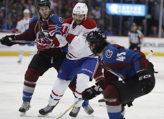 Le joueur du Canadien Alex Galchenyuk a bien été surveillé par les joueurs de l'Avalanche mardi, dont Cody Goloubef, Mark Barberio. (Photo David Zalubowski, AP)