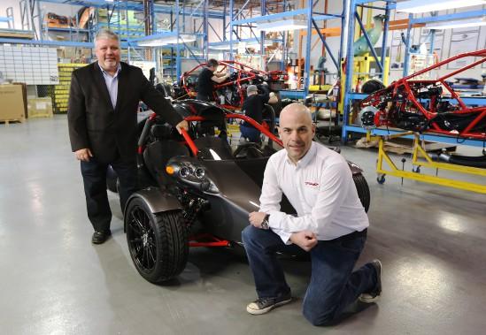La chaîne de montage de Campagna Motors, à Boucherville. À gauche, le président André Morissette; à droite, le vice-président David Neault. (Photo Martin Chamberland, La Presse)