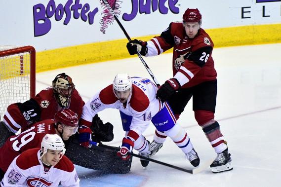 Le défenseur Michael Stone met en échec Tomas Plekanec. (Photo Matt Kartozian, USA Today Sports)
