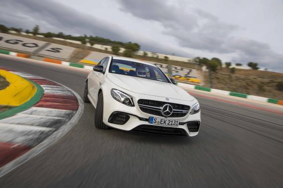 Avec le concours de la filiale sportive AMG, la Classe E de Mercedes invite à pratiquer le sport en famille. Attachez vos ceintures! ()