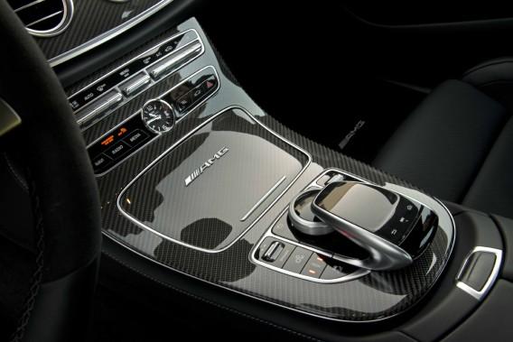 La E63s AMG est capable d'encaisser avec sérénité les décélérations les plus énergiques grâce à une boîte automatique en mesure de gérer avec maestria ses neuf rapports. ()