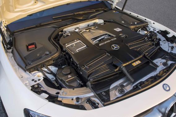 Le V8 émet un beau bruit, un peu caverneux, exempt de vibrations, engendré par une mécanique très à son affaire dans les hauts régimes. ()