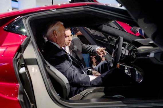 Même la Maison Blanche a envoyé quelqu'un voir la Ford GT au Salon de l'auto de Detroit. Le 10 janvier, Joe Biden (à g.), alors vice-président des États-Unis --et grand amateur de voitures sport-- a eu le droit à une visite guidée par le président de Ford, Mark Fields. (AFP)