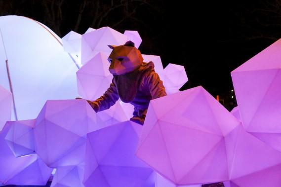 Un petit ours sur son char allégorique (Le Soleil, Caroline Grégoire)