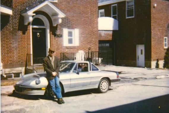 <strong>Parasol et cabriolet.</strong>Pierre Brassard avec son Alfa Roméo décapotable. «On a eu du fun, mais c'était un paquet de troubles.» La pire voiture qu'il ait jamais eue, dit-il. (Photo fournie par Pierre Brassard)