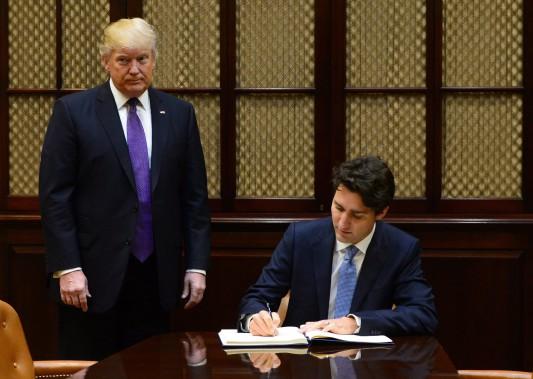 Justin Trudeau a signé le livre des invités dans la salle Roosevelt. (Photo Sean Kilpatrick, PC)