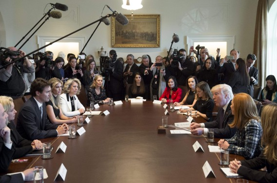Les deux chefs de gouvernement ont participé à une table ronde sur les femmes entrepreneures. (PHOTO SAUL LOEB, AFP)