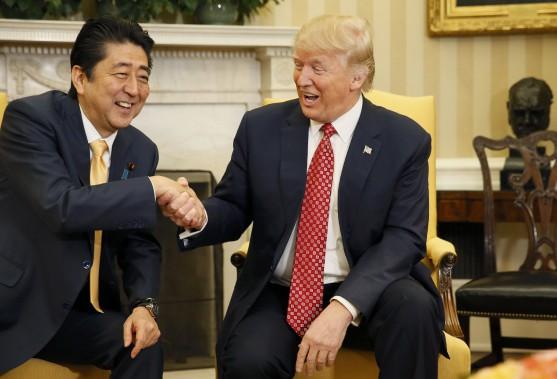 Le premier ministre japonais Shinzo Abe et le président américain. (Photo Jim Bourg, REUTERS)
