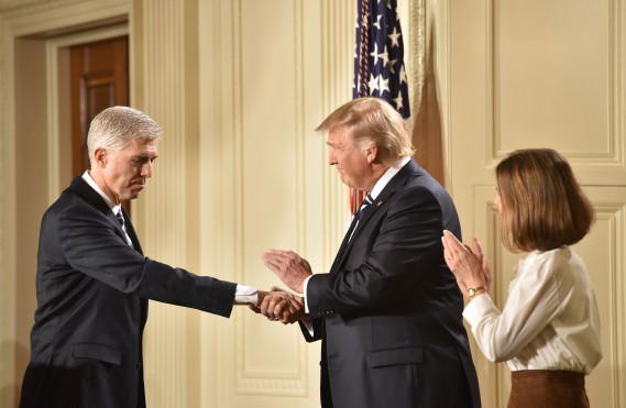 Le juge Neil Gorsuch et Donald Trump. (Photo Nicholas Kamm, AFP)
