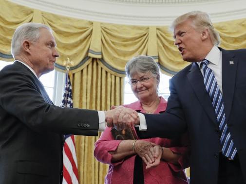 Le procureur général Jeff Sessions et le président américain. (Photo Pablo Martinez Monsivais, AP)