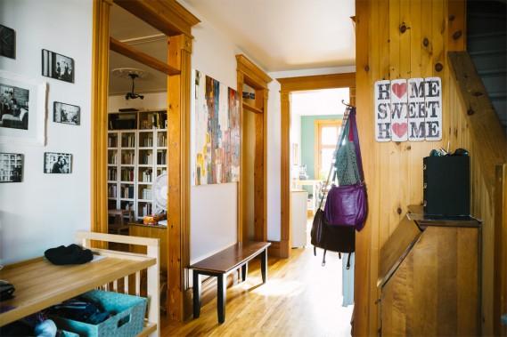 Quand on entre dans la maison, le mélange de couleurs, de textures et de motifs nous met immédiatement à l'aise. On comprend tout de suite qu'une famille habite ici et qu'il y a beaucoup d'amour entre ses murs. On peut d'ailleurs apercevoir plusieurs photos de la famille sur le mur gauche. (Photo Marie-Christine Gobeil, collaboration spéciale)