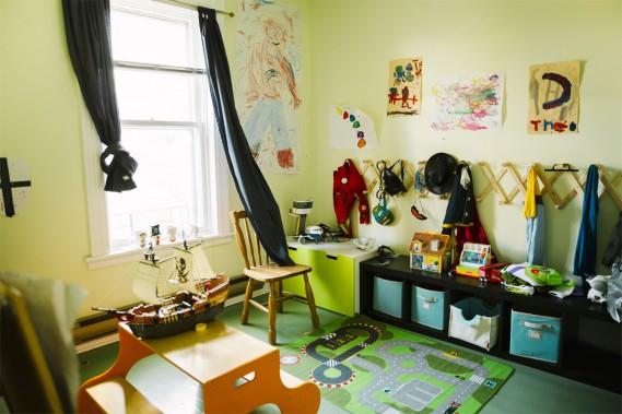 À l'étage, on retrouve entre autres le quartier général des garçons, une grande salle de jeux où les blocs Lego et les costumes sont à l'honneur. On aime particulièrement les dessins géants de superhéros qui couvrent les murs. (Photo Marie-Christine Gobeil, collaboration spéciale)
