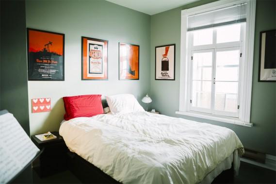 Dans la chambre principale, la couleur vert pâle des murs est très apaisante. Le tout est ponctué d'affiches dans les tons orange; un mélange parfait! (Photo Marie-Christine Gobeil, collaboration spéciale)