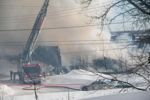 L'incendie a forcé l'évacuation de quelques résidents dans le secteur, mais personne n'a été blessé. (Olivier Croteau, Le Nouvelliste)