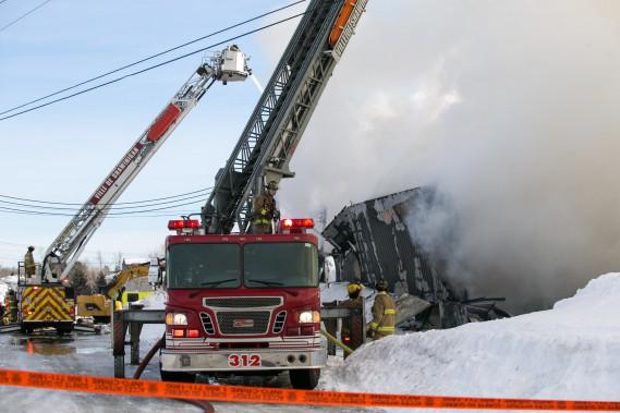 Des détonations provenant de l'entrepôt ont semé une petite commotion dans le secteur. (Olivier Croteau, Le Nouvelliste)
